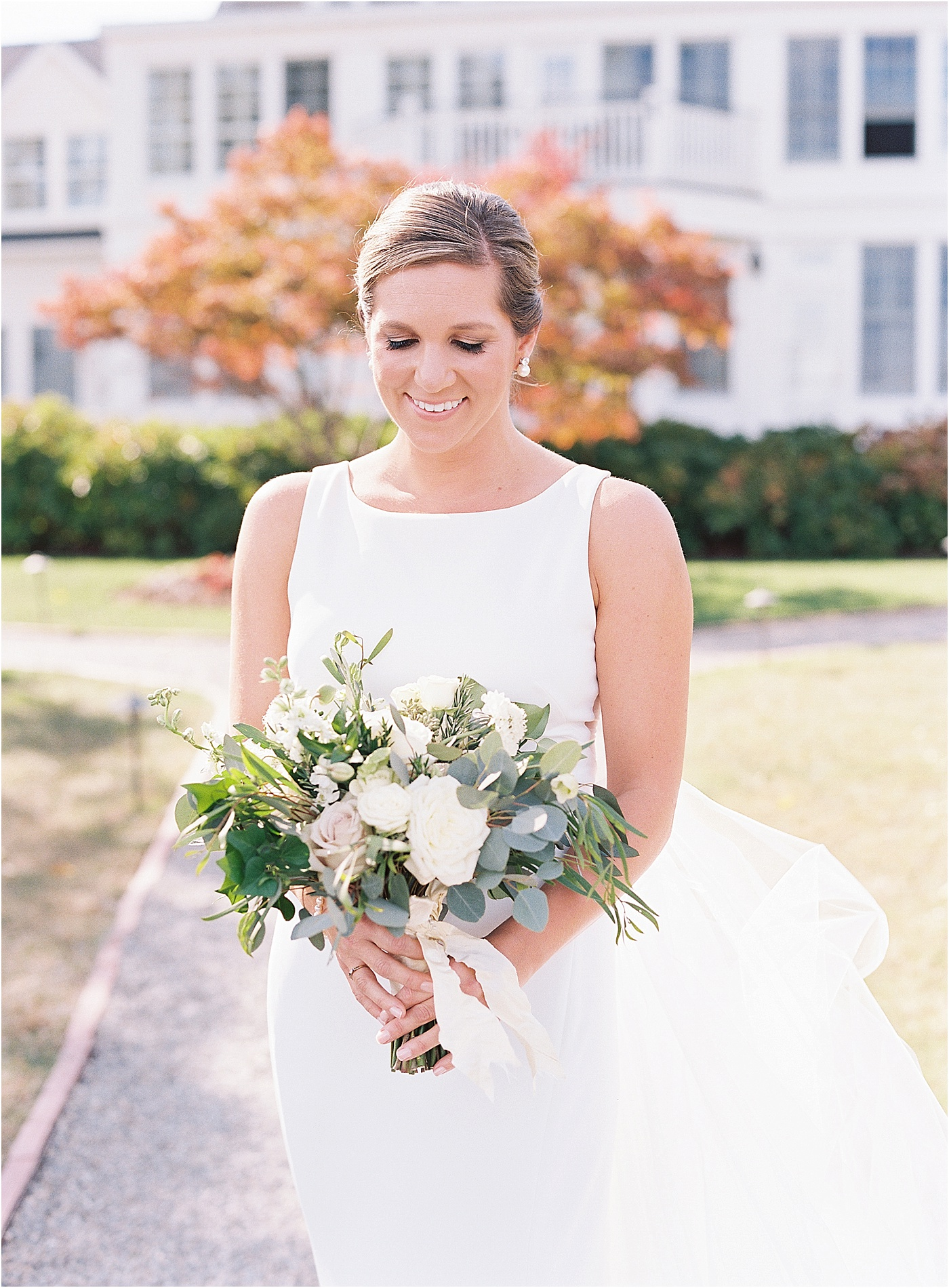 simple elegant bride wedding bouquet greenery soft white